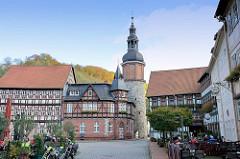 Blick von der Rittergasse zum Markt von Stolberg - in der Bildmitte das ehem. Postamt, jetzt Nutzung als Gasthof - daneben der Saigerturm, frühgotisches Wahrzeichen der Stadt aus dem 13. Jahrhundert. Aus Bruchsteinen errichtet, Teil der historisc