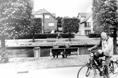 Idylle am Julianenburger Graben - Aurich Hafen; Sitzbänke am Wasser - Fahrradweg an der Promenade.