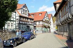 Denkmalgeschützte Fachwerkarchitektur in der Altstadt von Stolberg, Harz / Markt.