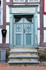 Historische Eingangstür / Wohnhaus in der Rittergasse von Stolberg / Harz. Fassadenaufschrift Emil Sonntag - Tischlermeister.