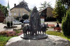 Bronzeskulpturen - Schäfer mit Heidschnucken - im Ortskern von Bispingen