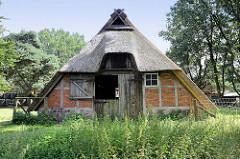 Alter Schafstall - mit Reet gedeckte Fachwerkscheune beim Schäferhof in der Lüneburger Heide bei Schneverdingen.