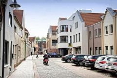 Wohnhäuser / Geschäftshäuser in der St. Annenstraße Jever, historische und moderne Architektur.
