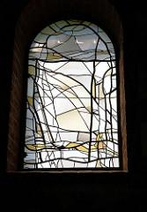 Innenansicht / Glasfenster, Bleiverglasung - Künstler der Kunstmaler Siegfried Steege; Ole Kerk / Alte Kirche in Bispingen, 1353 aus Feldsteinen errichtet - jetzt Nutzung u.a. für Konzerte.