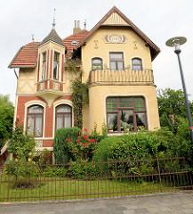 Jugendstilvilla mit Erkerturm - Jahreszahl 1905; Wohnhaus in Jever.
