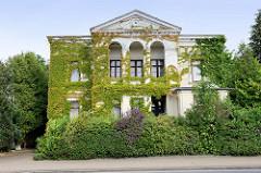 Villa im Grünen, Wohnhaus mit wildem Wein bewachsen; Architekturbilder aus Jever.
