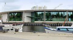 Hafen von Aurich - Sport am Kai; Produktionsanlage einer Zementfabrik.