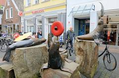 Seehundfamilie / Seehundzirkus - Bronzefiguren in der Fussgängerzone / Innenstadt von Aurich; Bildhauer Bernd Maro.