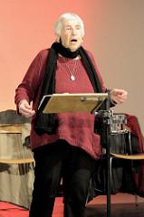 Ester Bajarano auf der Bühne der Alten Fabrik im Museum der Arbeit in Hamburg Barmbek.
