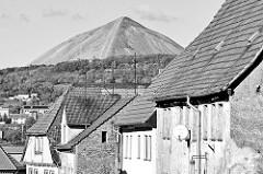 """Dächer von Sangerhausen - Blick zur Abraumhalde """"Hohe Linde"""" - 144m hoher Spitzkegel aus tauben Gestein des Kupferbergbaus."""