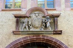 Wappen über dem Eingang vom Neuen Schloss in Sangerhausen.