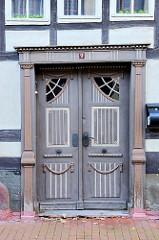 Historische Eingangstür / Wohnhaus in der Rittergasse von Stolberg / Harz. Holzsäulen und geschnitzte Ornamente - halbrunde Eckfenster.