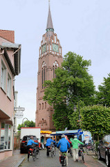 Blick zum Kirchplatz und zum Glockenturm der Stadtkirche. Die Stadtkirche brannte 1959 ab und wurde 1963 nach dem Entwurf von Prof Dieter Oesterlen neu errichtet.