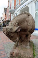 Skulptur eines Bullen in der Fussgängerzone der Auricher Innenstadt - Bildhauer Michael Weihe.