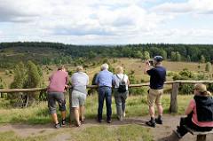 Aussichtspunkt am Totengrund in der Lüneburger Heide - ca. 30 ha großer Talkessel, Bestand mit Heidekraut und Wacholderbüschen. Neben dem Wilseder Berg zählt der Totengrund zu den bekanntesten Landschaftsstellen der Lüneburger Heide.