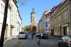 Blick durch die Kylische Straße in Sangerhausen zum Marktplatz und der gotischen Jakobikirche; erbaut um 1510.