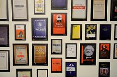 Unterschiedliche internationale Ausgaben DAS KAPITAL, Karl Marx - Ausstellung im Hamburger Museum der Arbeit.