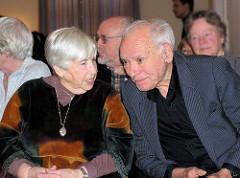 Ester Bejarano zusammen mit Peter Gingold auf ihrem 80. Geburtstag im Stavenhagenhaus in Hamburg Groß Borstel.