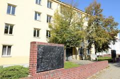 Relief mit Darstellungen aus dem Bergwerk vor dem ehem. Knappenheim in Sangerhausen; das Gebäude wird jetzt von der Stadtverwaltung genutzt.