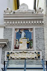 Altes Justitia Relief mit goldener Waagschale, Hausfassade in der Altstadt von Aurich - Jahreszahl 1568.