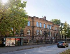 Historisches Schulgebäude unter Denkmalschutz stehend - Goetheschule in Sangerhausen; Backsteingebäude, erbaut 1885.