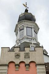 Zwiebelturm vom Jever Schloss - Wahrzeichen der Stadt, zu Beginn Häuptlingsburg, Regierungssitz Fräulein Marias (Umbau im Stil der Renaissance) danach Sitz des Drosten - jetzt Nutzung als Heimatmuseum.