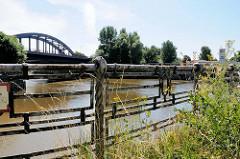 Altes originales Eisengeländer am Oberhafenkanal / Billhafen in Hamburg Rothenburgsort; im Hintergrund die Billhorner Brückenstraße.