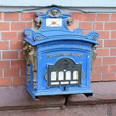 Historischer blauer Briefkasten an der Fassade der alten Post in Stolberg, Harz.