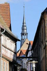 Dächer und Fachwerkfassade der Stadt Sangerhausen - Kirchturm der St. Ulrici Kirche.