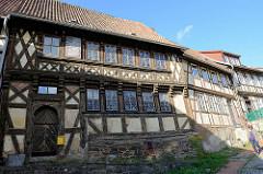Historisches Baudenkmal in der Töpfergasse von Stolberg / Harz. Leerstehendes Fachwerkgebäude, Wohnhaus mit Butzenscheiben.