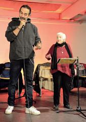 Ester Bajarano und Kutlu Yurtseven auf der Bühne der Alten Fabrik im Museum der Arbeit in Hamburg Barmbek.
