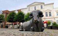 Alter Markt in Jever - Denkmal Bronzener Bulle, Bildhauer / Künstler Curt R. Lehmann, 1999 - Erinnerung an die früher dort stattfindenden Viehmärkte.