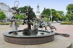 Sagenbrunnen in Jever, eingeweiht 1995 - Bildhauer Bonifatius Stirnberg.