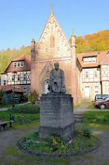 Giebel der St. Georg Kapelle in Stolberg, 1892 in neogotischem Baustil wieder errichtet. Im Vordergrund ein Kriegerdenkmal für  im Ersten Weltkrieg Gefallener - Aufschrift: Ihren im Kriege 1914 - 1918 gefallenen Söhnen in Dankbarkeit die Einwohne