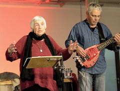 Ester Bajarano mit ihrem Sohn Joram  auf der Bühne der Alten Fabrik im Museum der Arbeit in Hamburg Barmbek.