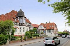 Wohnstraße in Jever - historische Architektur der  Gründerzeit, Jugendstil / Historismus; mit Schindeln gedeckter Erkerturm - Fachwerk.