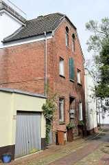 Die Blaudruckerei Jever befindet sich seit den 1980er Jahren in einem alten Speichergebäude in der Straße Kattrepel.  Sie ist einer der wenigen Orte in Deutschland, an denen noch das traditionelle Handwerk des alten ostfriesischen und norddeutsch