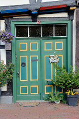 Historische Eingangstür / Wohnhaus in der Rittergasse von Stolberg / Harz. Doppeltür mit recheckigen farblich abgesetzten Kassetten.
