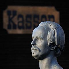 Bronzereplik der Marmorbüste von Karl May - Bildhauer Selmar Werner (ca. 1908) am Eingang vom Kalkbergstadion in Bad Segeberg.