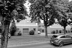 Gewerbegebäude mit schrägem Dach und grauer Fassade - Architektur in  Aurich.