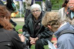 Fernsehinterview von Esther Bejarano am Hamburger Platz der Bücherverbrennung am Isebekkanal.