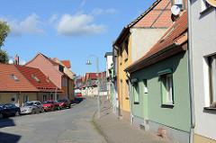 Geschlossene Straßenbebauung - Wohnhäuser am Töpferberg in Sangerhausen.