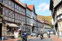 Hauptstraße in Stolberg / Harz - Wohnhäuser, Geschäfte am Markt - Touristen als Motorradfahrer.