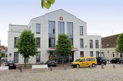Moderne Architektur in Jever - Neubau; Gebäude der Sparkasse, erbaut 2013 - für das Verwaltungsgebäude wurde eine Reihe historischer Gebäude u. a. das Hotel Schütting abgerissen und 1977 dort der erste Neubau der Sparkasse Oldenburg errichtet.