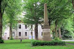 Denkmal / Steinstele für den Historiker Friedrich Christoph Schlosser auf dem Schlosserplatz in Jever.