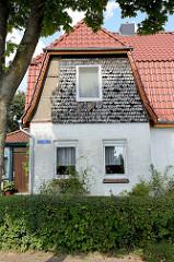 Wohnhaus mit teilw. Fassadenverkleidung aus Holzschindeln - Architektur in Schneverdingen.