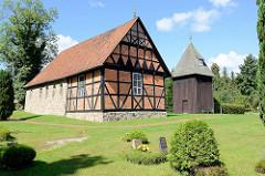 Historische Heidekirche - Magdalenenkirche - in Undeloh, Lüneburger Heide. Ursprungsgebäude um 1188 - romanisches Kirchenschiff aus Feldsteinen - Chorraum Fachwerk.