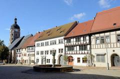 Historische Bebauung / Wohnhäuser am Markt von Sangerhausen - in der Bildmitte der Marktbrunnen, lks. der Kirchturm der Jacobikirche.