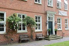 Alte Kantorei in Aurich - Baudenkmal in der Altstadt, jetzt Nutzung als Hotel / Café mit Sommergarten.