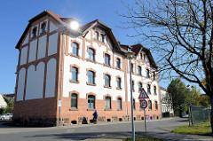 Historische Gründerzeitarchitektur - rote Ziegelbänder / Zierbänder an der Hausfassade - Vor der Blauen Hütte in Sangerhausen.